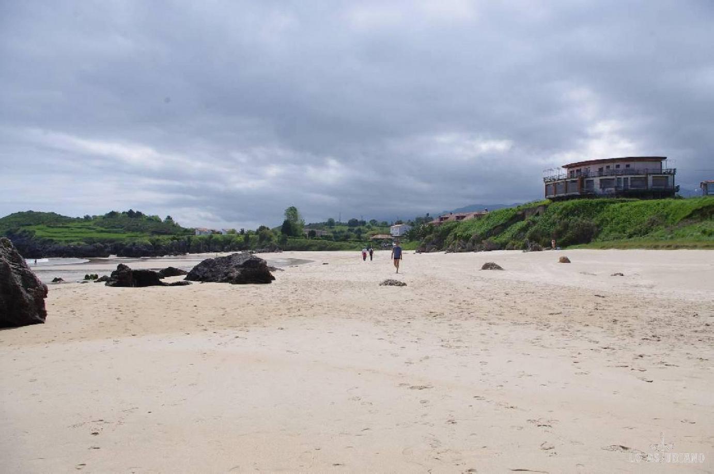 Vista de la playa de Barro; siempre con el verde tan de estas latitudes.