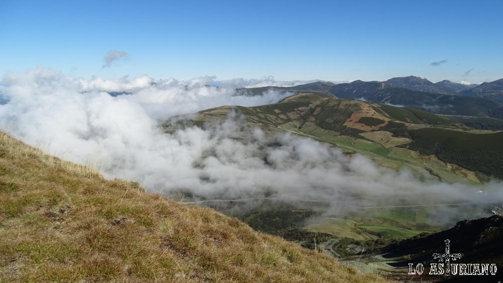 La niebla va ascendiendo, y dominando el valle; momento de descender con celeridad, por si acaso.