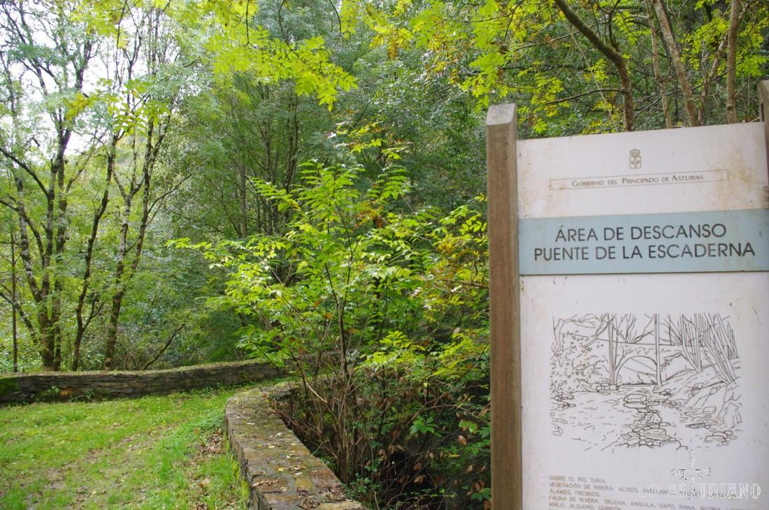 Area de descanso puente de la Escaderna. A partir de aquí, será cruzar el puente e ir a la carretera que nos sube hasta Esquíos.