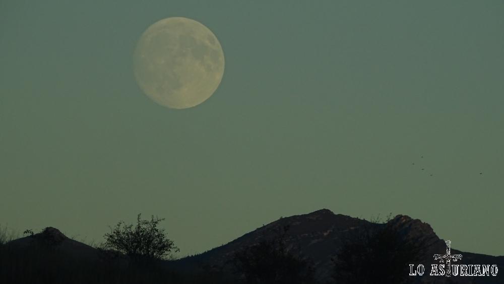 Luna llena en Cangas del Narcea.