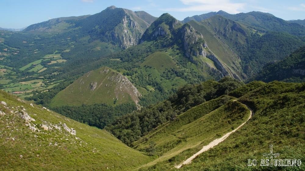 Magníficos paisajes, bajando por la pista, camino de la ruta del Alba.