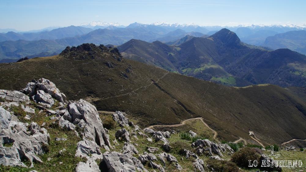 Vistas desde el pico Triguero; al fondo la Xamoca.