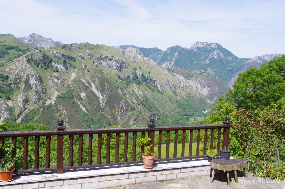 Este bonito balcón natural no te lo tienes que perder.   Si subes por Carbes y San Román, hasta el collado de Amieva o el collau de Angón, detente en el primer pueblito para disfrutar de esta vista.