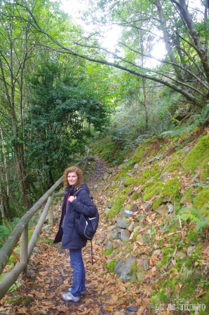 El camino hasta Teixos es corto, de unos 2 km. Hemos cruzado el río Turía y ahora caminaremos por el otro lado de su valle.