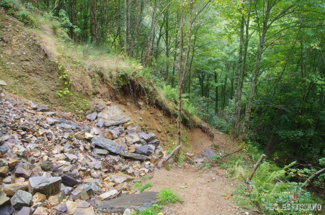 Arriba a la izquierda, puedes ver el camino original cortado, debido a un derrumbe.
