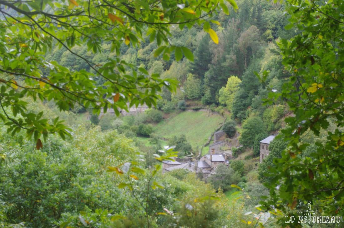 As Veigas va quedando abajo, mientras subimos por la senda que sube la ladera del Cortín.