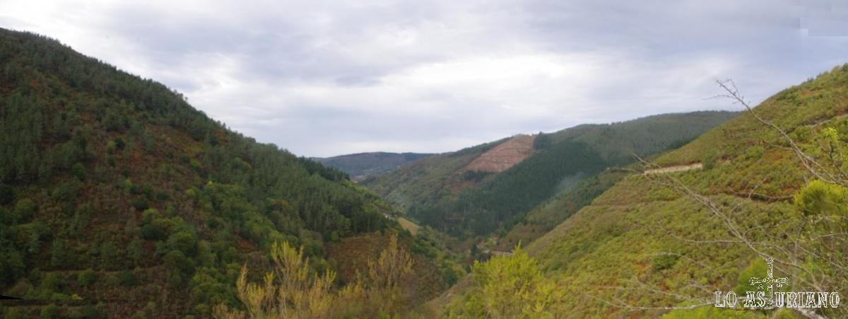 Esta es ahora la preciosa vista del valle del Turía desde el mirador. Al fondo se adivina Taramundi.