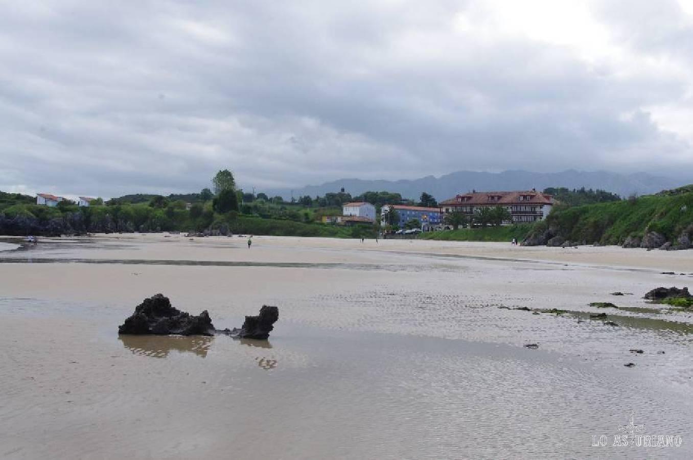 La preciosa playa de Barro, con el hotel Quintamar al fondo, y la sierra de Cuera al final de la imagen.