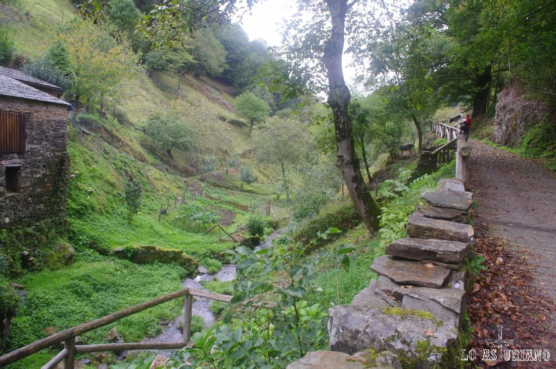 Este idílico lugar, al igual que la formidable ruta del agua, que lo recorre, es algo realmente aconsejable a llevar a cabo.