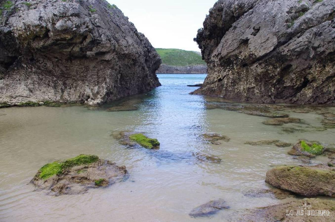 Agua cristalina en la playa de Borizu.