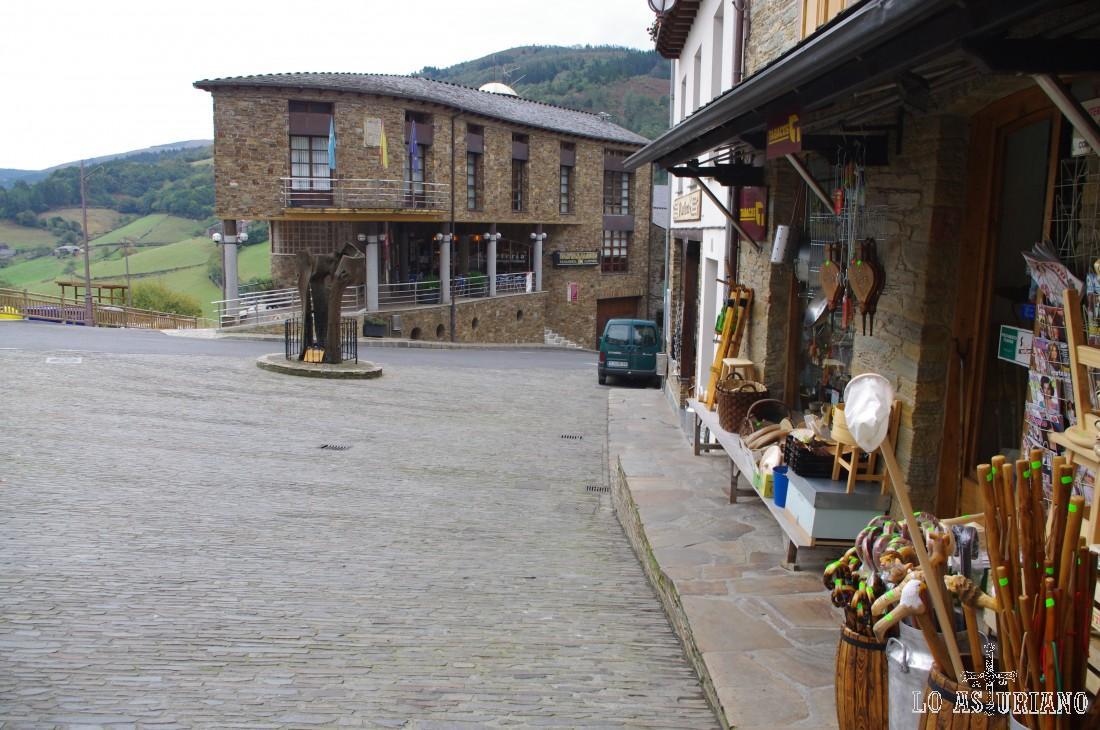 """Taramundi tiene alojamientos rurales, tiendas de recuerdos y sobre todo: """"Pantaramundi"""" (al fondo, en los porches). Pantaramundi es una panadería-cafetería, en la que podrás, además de probar platos caseros, comprar cajas de pastas, quesos denominación de origen de Taramundi (impresionante) y el célebre pan de Taramundi..."""