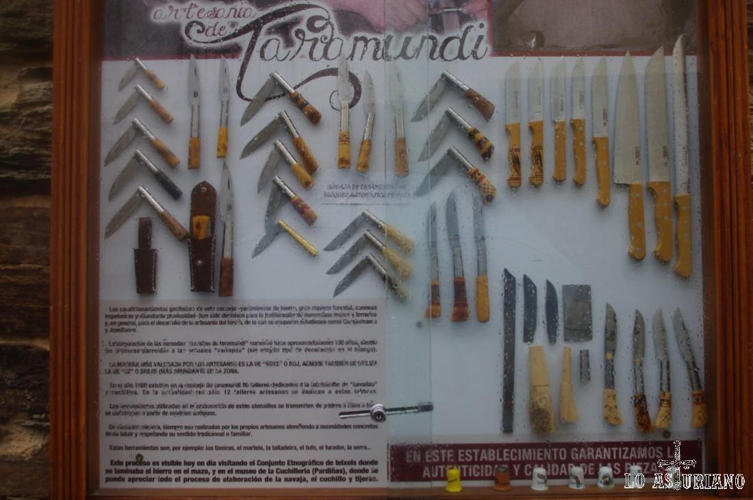Hay varias tiendas donde puedes comprar presencialmente las famosas navajas y cuchillos artesanos de Taramundi. Sin embargo, internet, te facilita el obtenerlos a distancia:  http://www.navallasdetaramundi.com/ http://www.cuchilleriataramundi.com/catalogo.php