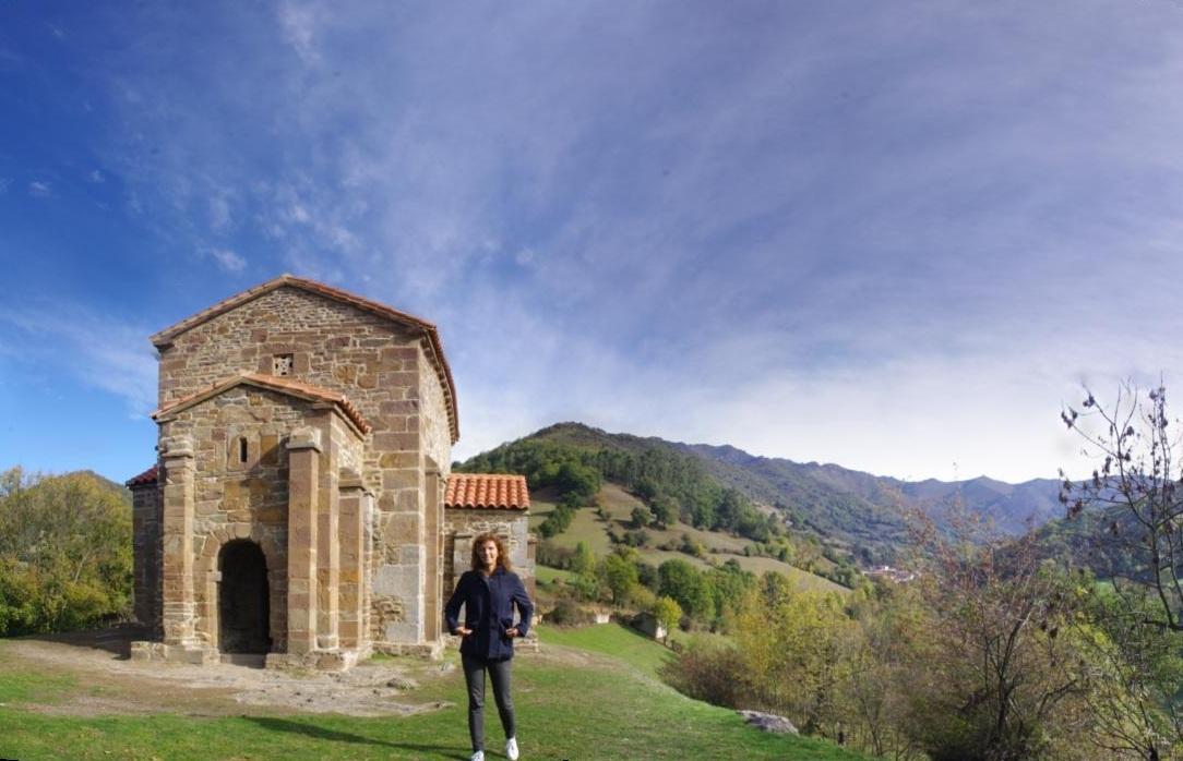 Santa Cristina de Lena. Al fondo, Braña Valera, de 1.483 msnm.