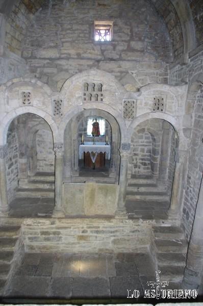 El extraordinario presbiterio de Santa Cristina de Lena, desde la tribuna.