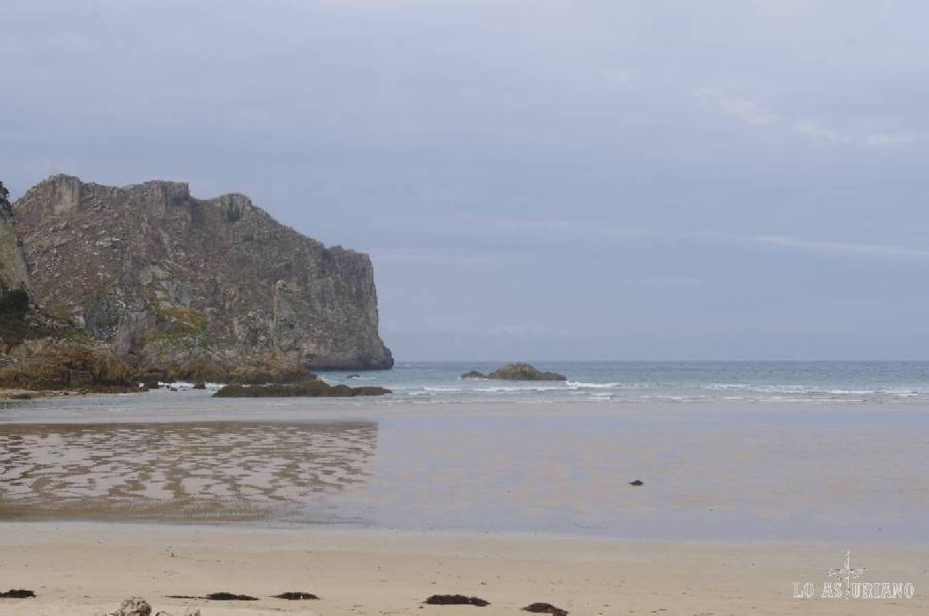 Maravillosa playa de La Franca, en Ribadedeva. Esta playa es fácilmente accesible desde el pueblito de La Franca.