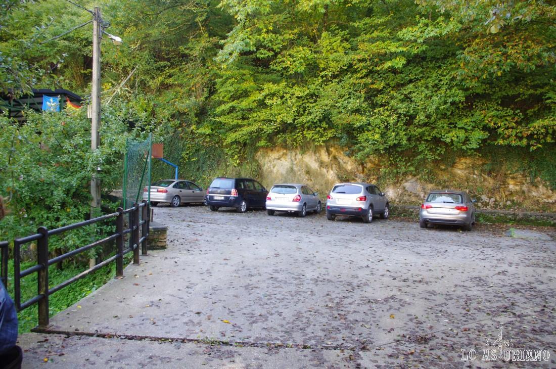 Parking situado después del puente, cerca de la capilla de San Juliano. Si quieres, puedes aparcar aquí y comenzar la ruta.