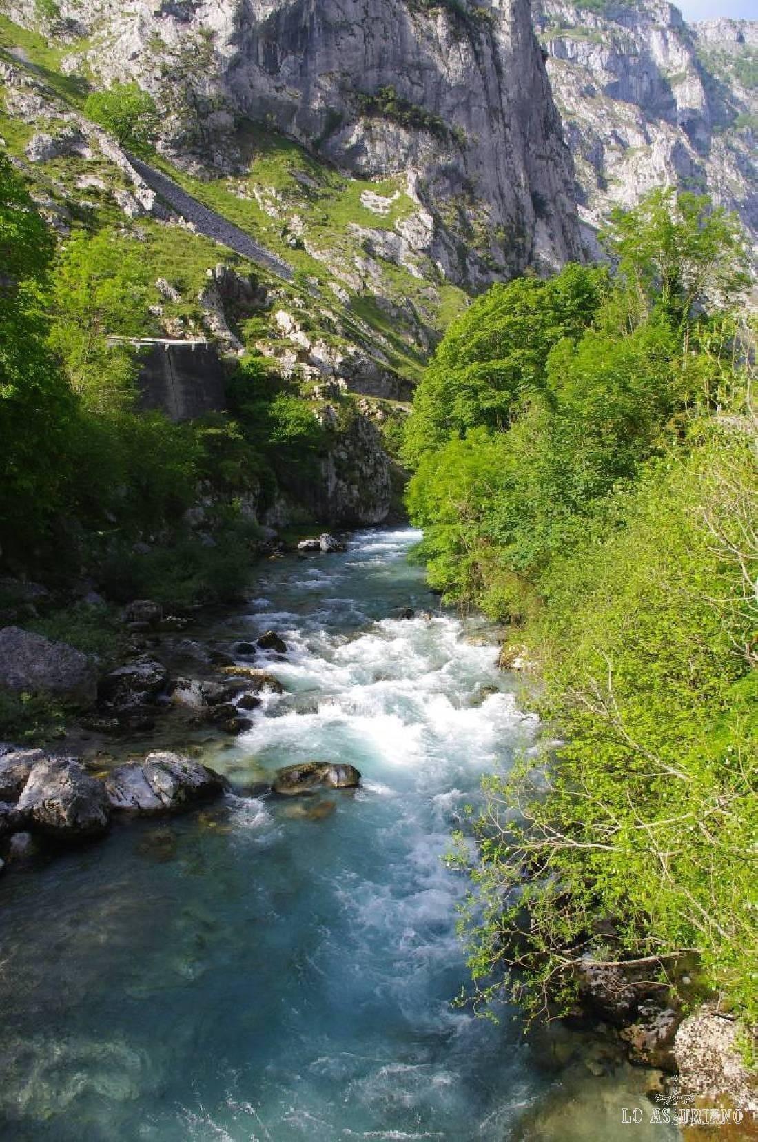 Este es el río Cares en Puente Poncebos.