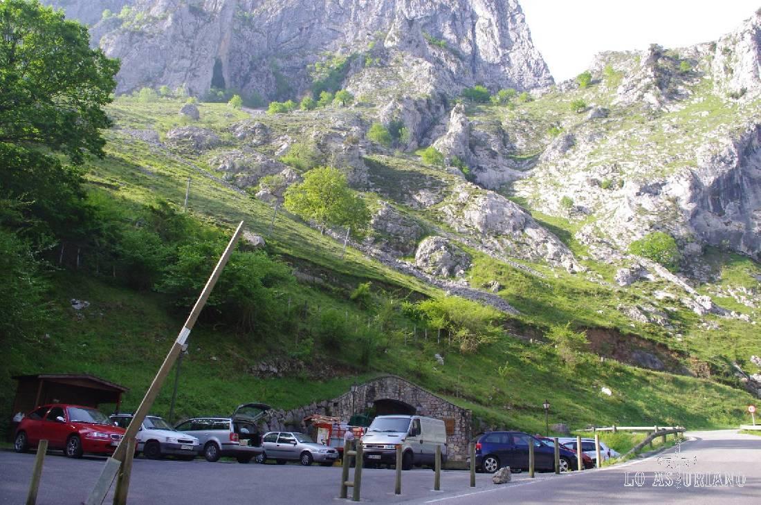 Justamente aquí aparcas, en la entrada al funicular que te sube a Bulnes (si tienes piernas, en 4 km, también puedes subir por el canal de río Tejo, que te será más bonito y activará sin duda tu circulación).