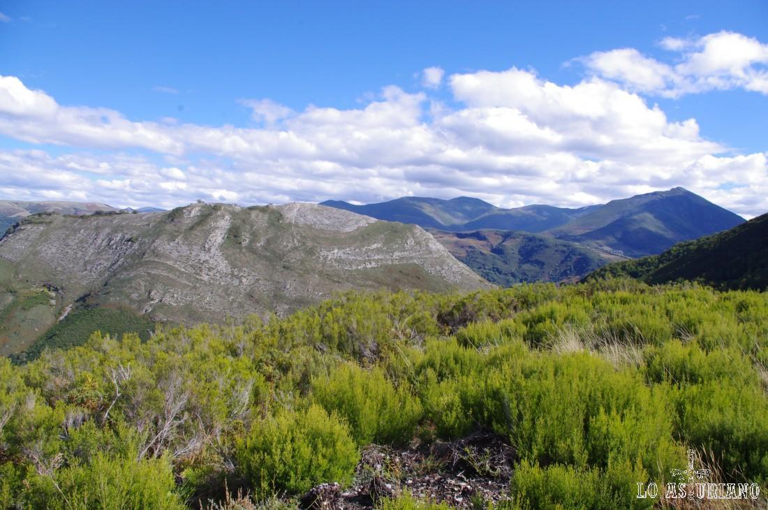 El collado de Moncó a la izquierda, por cuyas laderas volveremos a Moal.