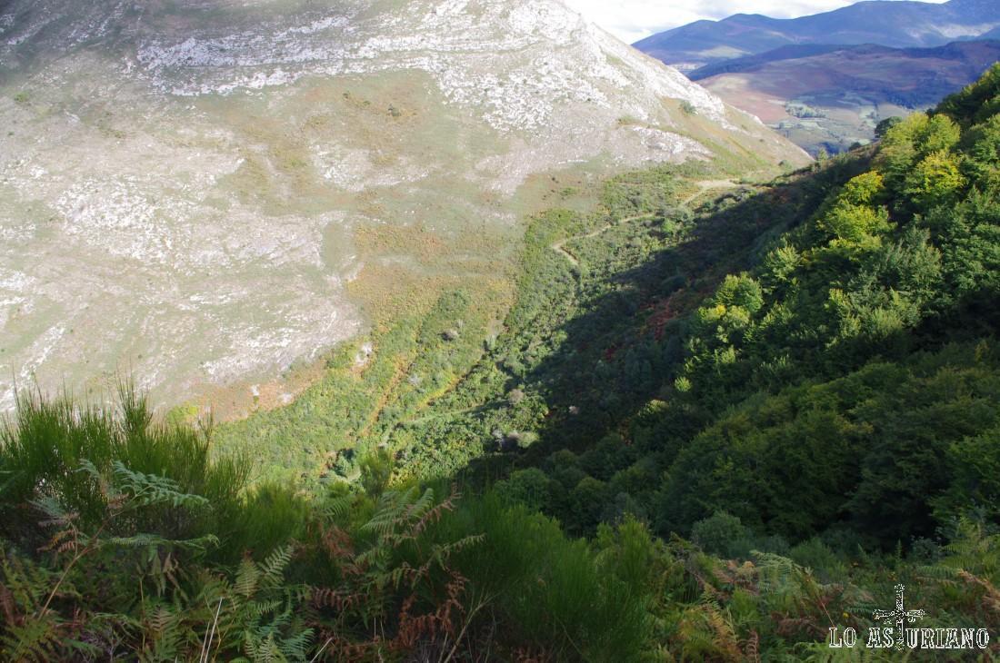 Desde la senda podemos ver el camino que tomaremos en el futuro: de vertical bajada hacia Moal, por la senda de la ladera del Moncó.