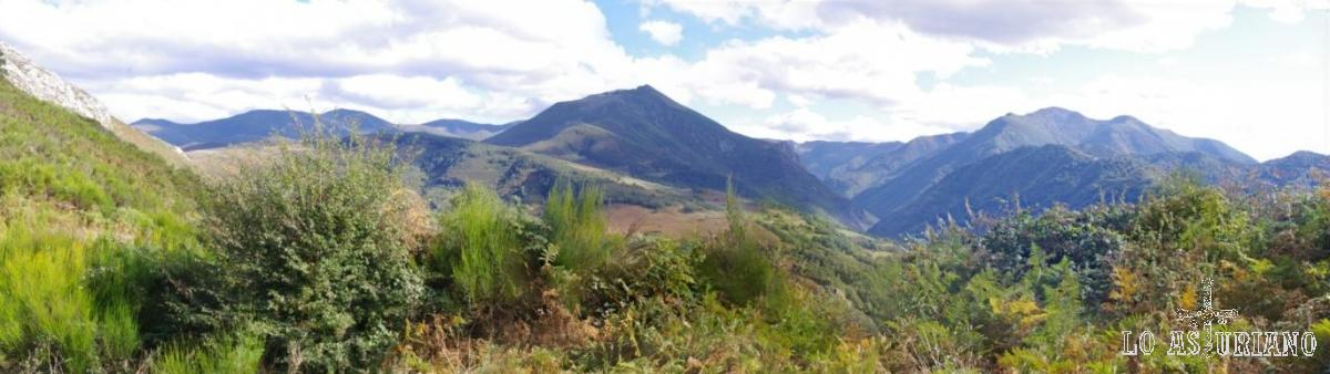 Vistas desde el collado de Moncó hacia los valles del este.