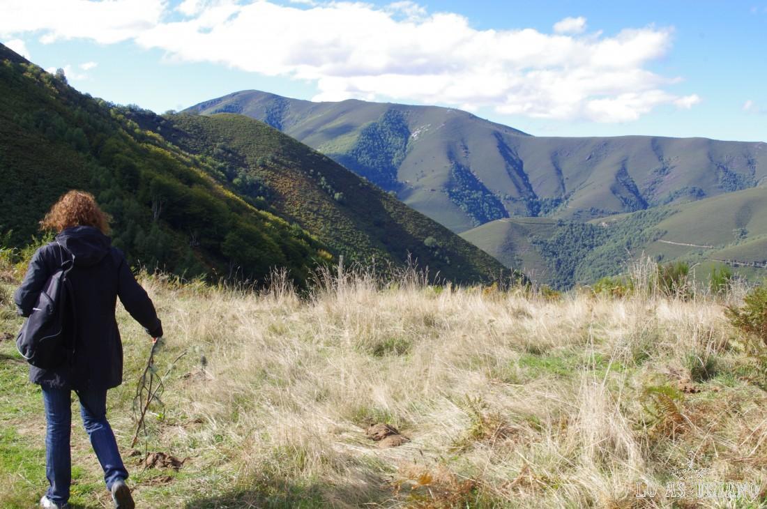 Desde el mirador de Moncó, puedes bajar hacia Moal, o bien, cruzar este paso de montaña, para llegar a una capilla y en pocos minutos bajar al pueblo de Moncó.
