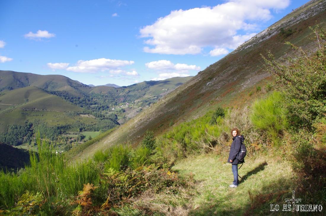 Estamos ya en las laderas del Moncó. Abajo, adivinamos Moal.
