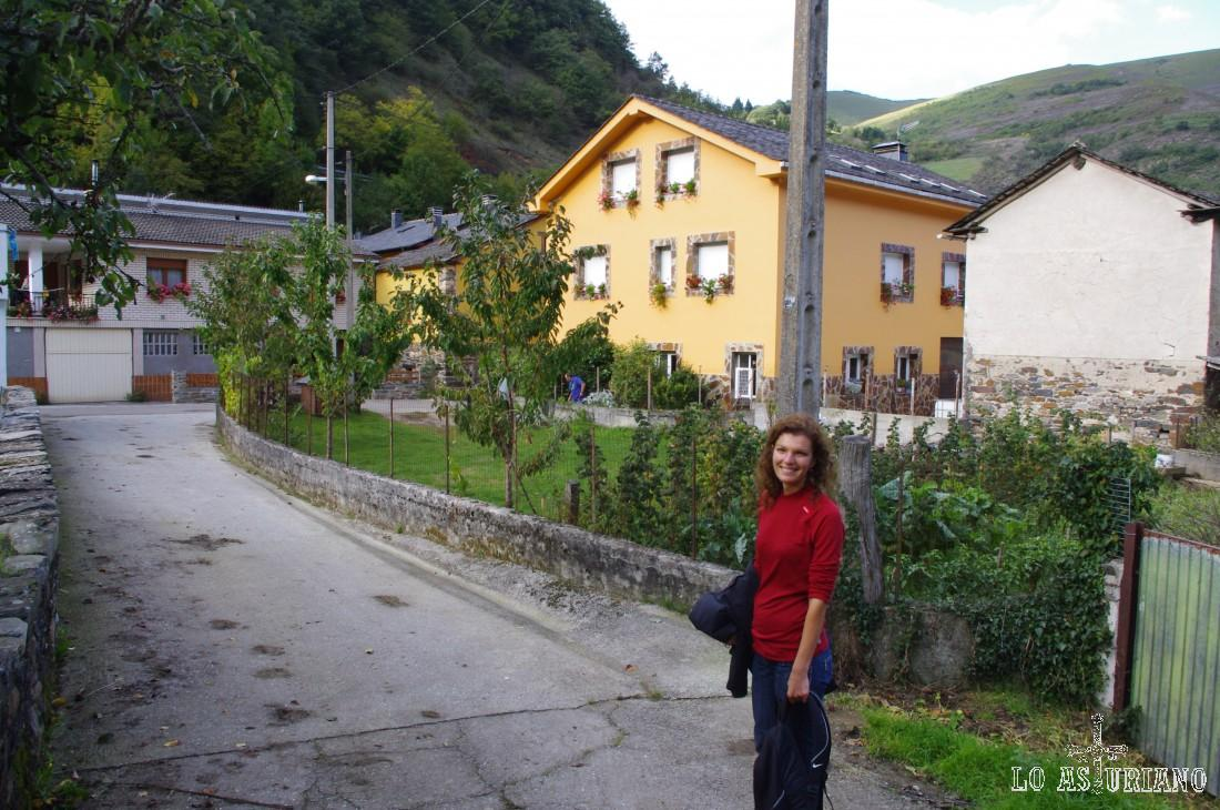 Moal dista 19 kilómetros de la capital del concejo, Cangas del Narcea. Pertenece a la parroquia de Vega de Rengos, junto con Cruces, Moncó, Rengos, San Martino, Los Eiros y Vega. Su altitud sobre el nivel del mar es de 610 metros.