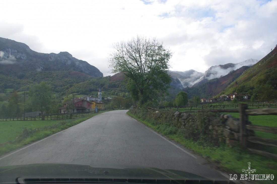 Soto de Agües al fondo. Las montañas del fondo, pertenecen ya a la garganta del río Alba, que recorreremos durante esta ruta.