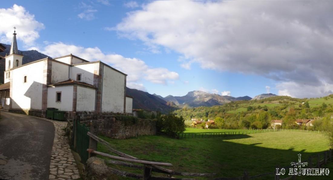 La iglesia de San Andrés, y al fondo, las cumbres de Redes, donde se esconde el río Alba.
