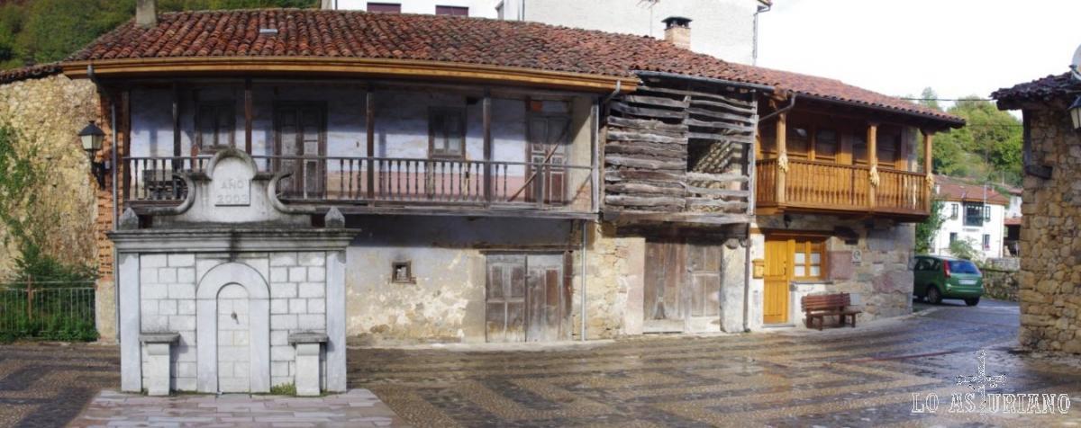 Las calles de Soto son preciosas, combinando casas muy viejas, con otras restauradas y algunos negocios de turismo rural. En la foto, fuente.