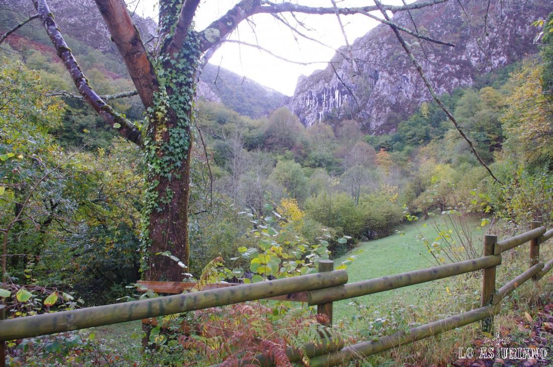 Ruta del Alba a finales de octubre, uno de los mejores momentos para realizarla por el colorido otoñal de los árboles.