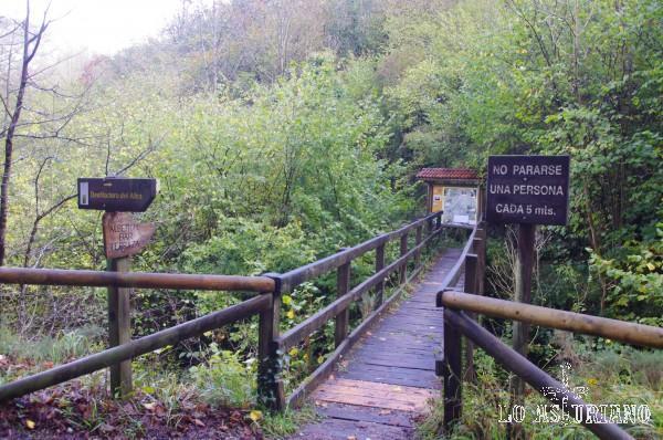 Puente de madera en la Vallina les Endroses.