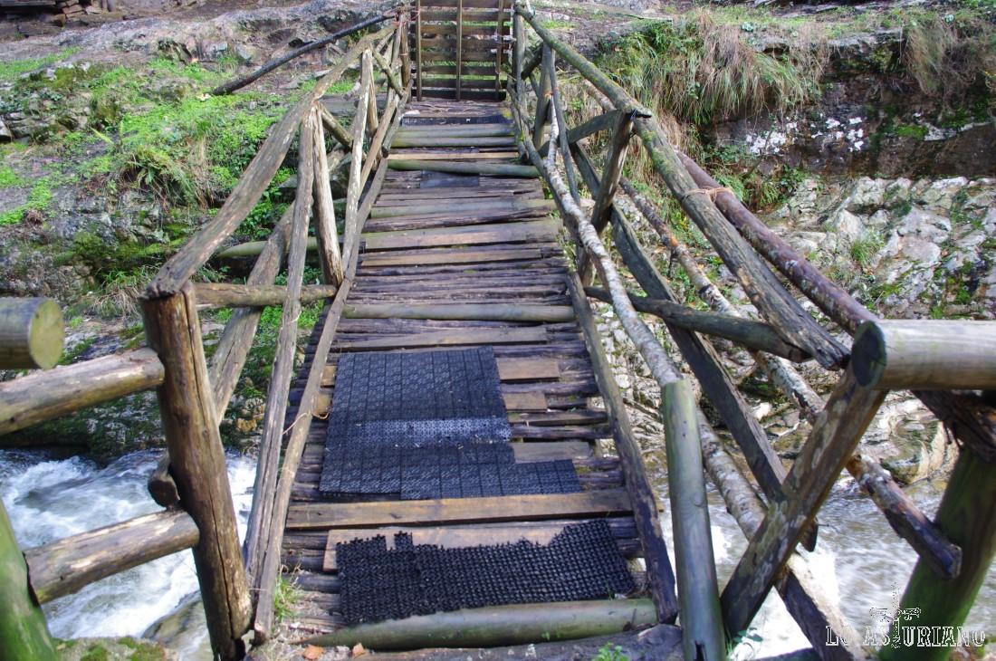 Endeble puente de madera sobre el río Alba.