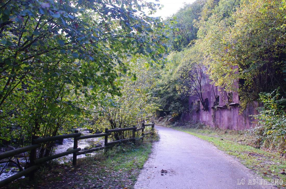 Cargaderos de las minas de hierro de Llaímo, en la ruta del Alba.