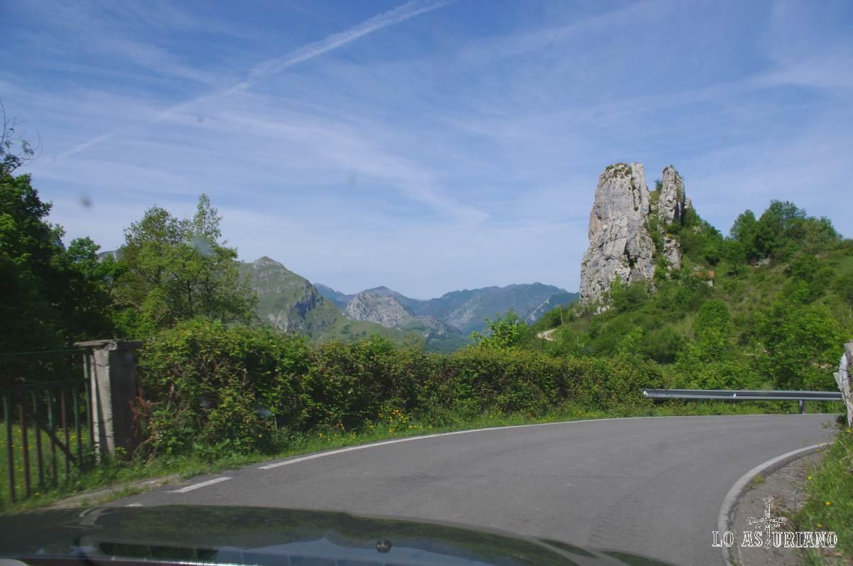 Peñacastiellu, o pico Castiellu, de 763 m de altitud. Pasarás a su lado, por la carretera que une Carbes con San Román. Me imagino que por lo raro le pusieron hasta nombre.