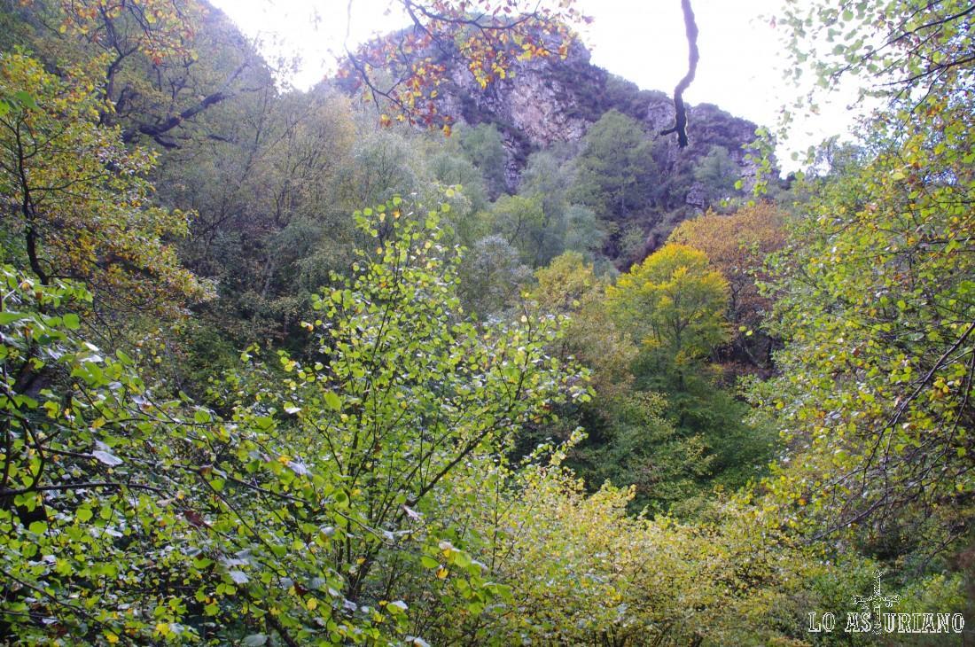 Cumbres rocosas en el desfiladero del Alba.
