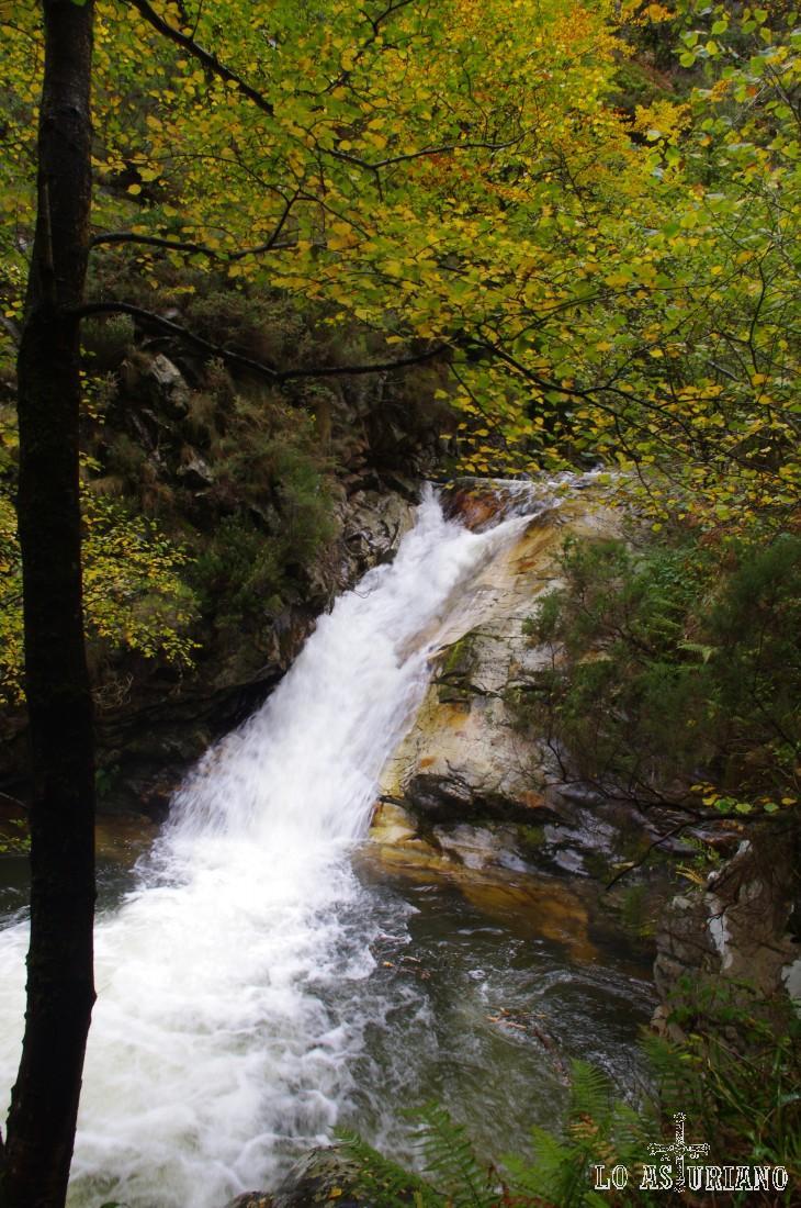 Una de las múltiples caídas de agua del río Alba.