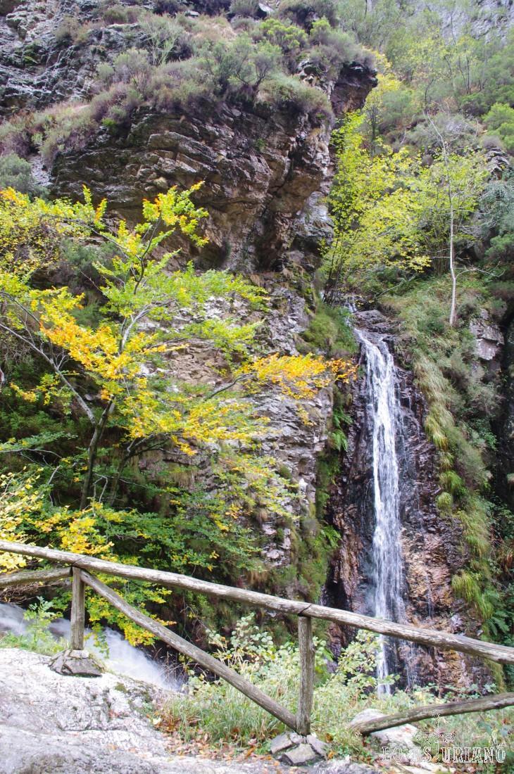 Desde esta pasarela de madera, disfrutamos del espectáculo de la cascada sobre el Alba.