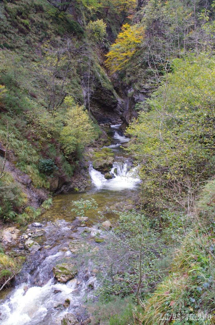 Las guías recomiendan afrontar esta ruta en primavera, verano y especialmente en otoño, por el colorido de la vegetación. Recorrerla en época de lluvias es también recomendable. Los saltos y las pozas adquieren otra dimensión.