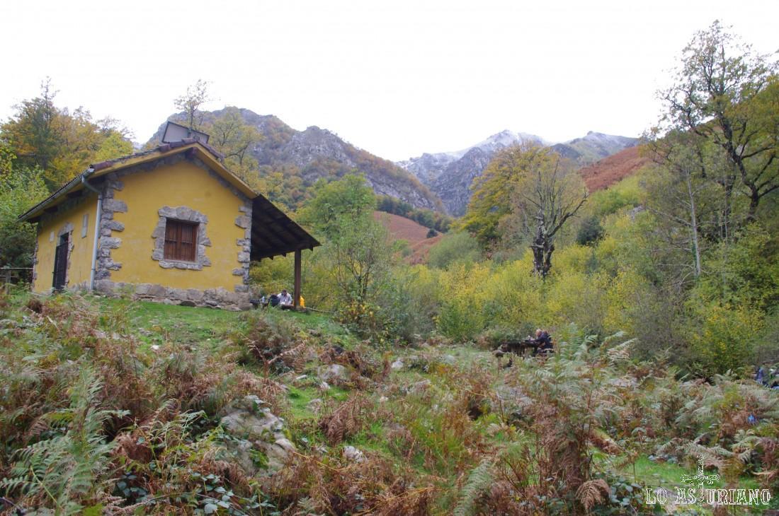 El Retriñón (1.862 m) al fondo, y en primer término, el refugio, final de la ruta del Alba.