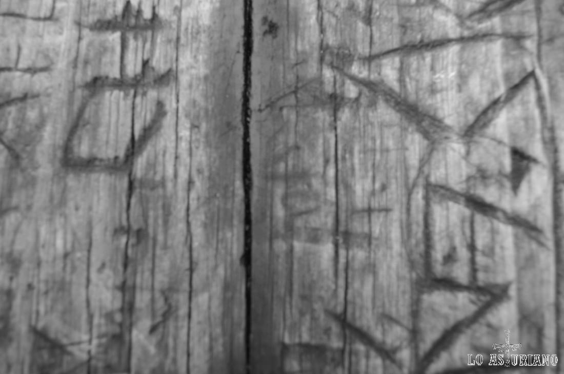Una mesa de madera en la Cruz de los Ríos.