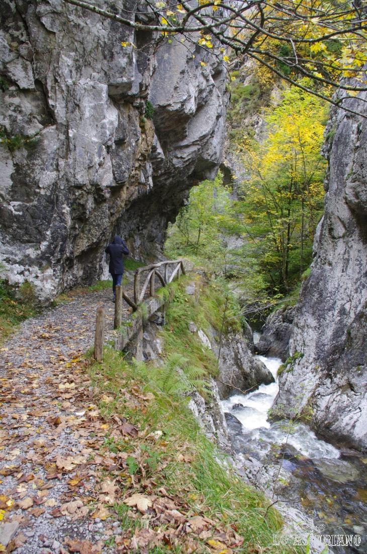 Espectaculares cortes en la roca en la senda del Alba.