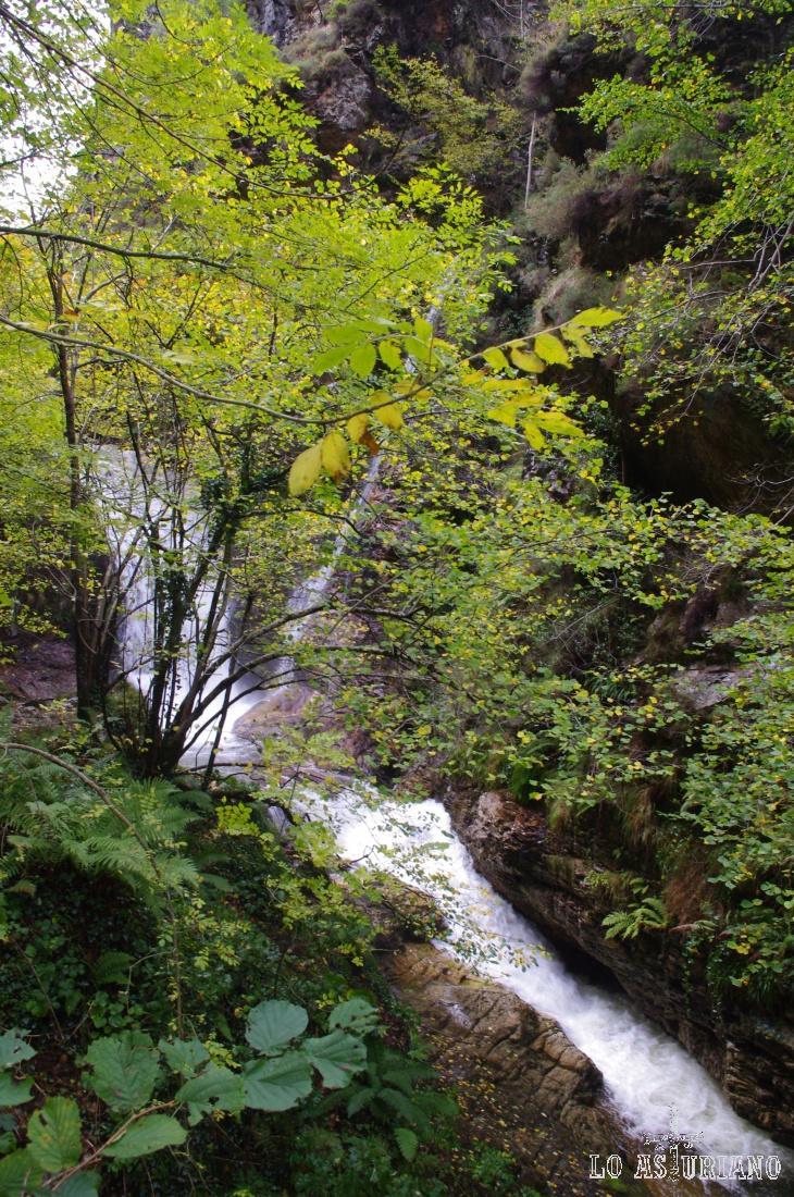 Cascada en la zona de la Pontona, en la zona alta de la ruta del Alba.