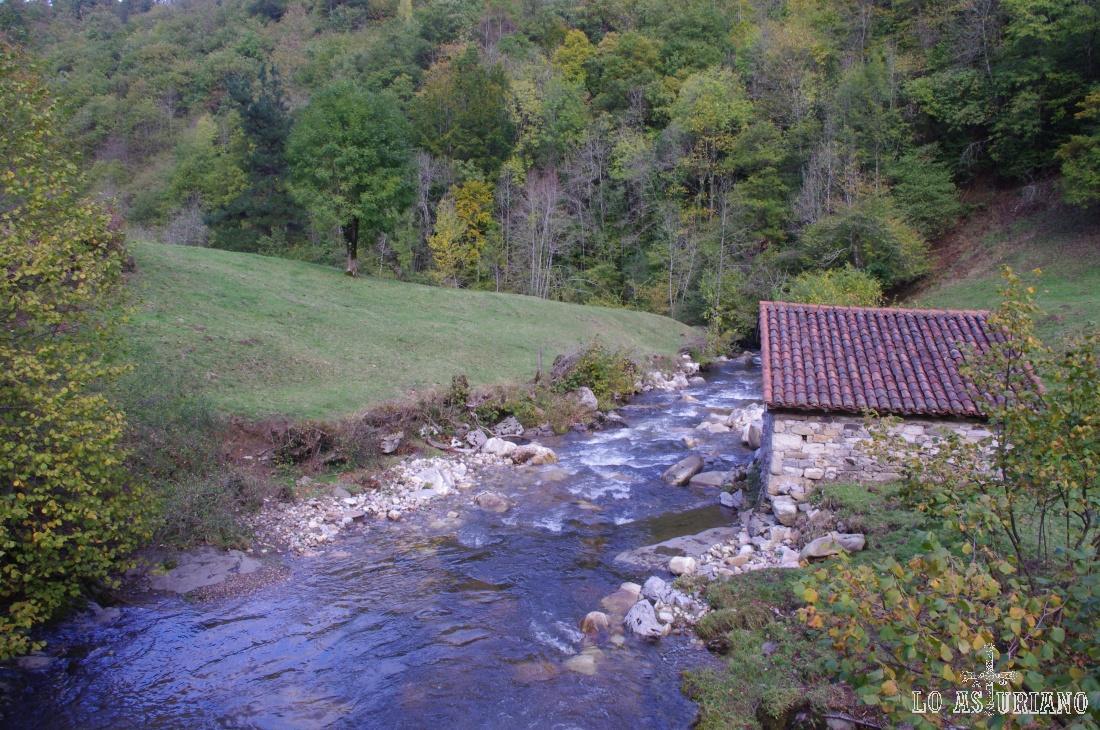 El río Alba a su paso por el puente del Retortoriu, cerca de Soto de Agües.