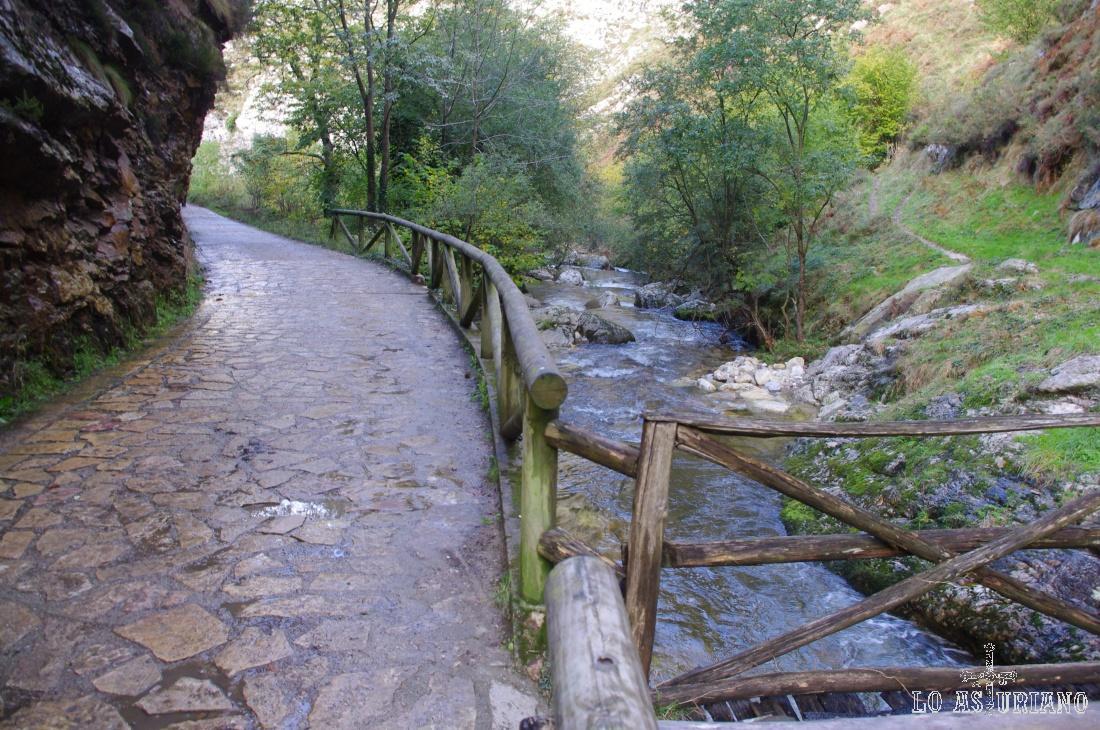El Alba en el puente de madera, cerca ya de Soto.