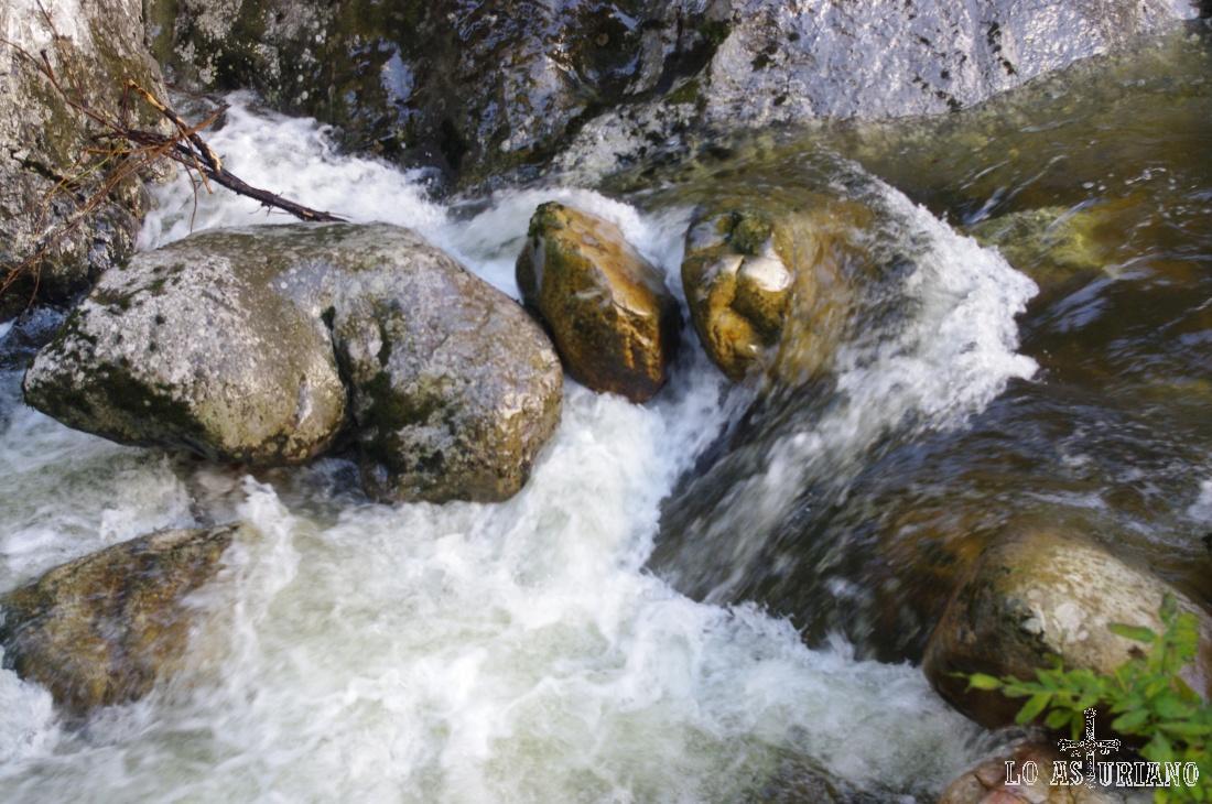 Rocas y agua.