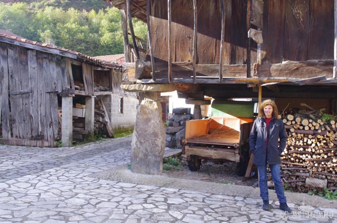 Hórreos y casas de madera en Soto.
