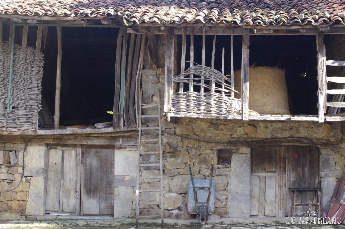 Casas, con sus graneros en la planta superior.