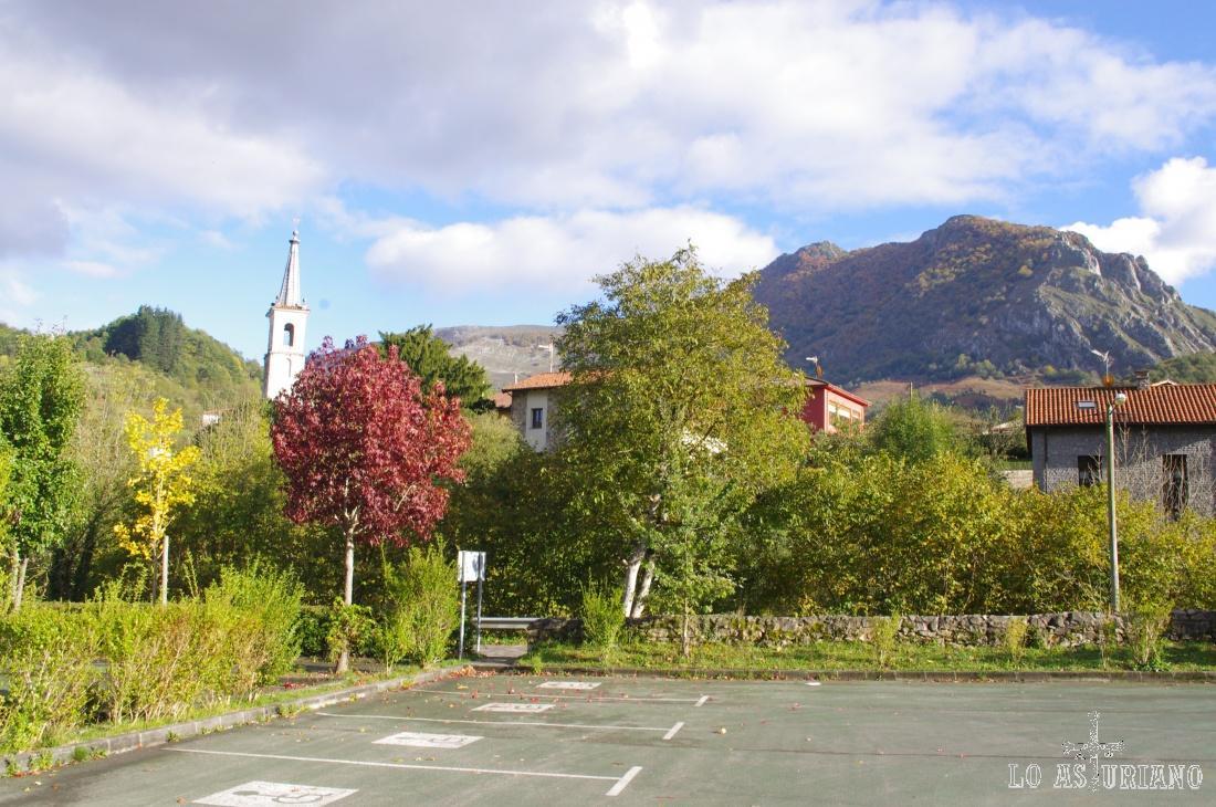 San Andrés, barrio de Soto de Agües, desde el parking en Soto.